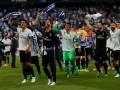 Para pemain Real Madrid merayakan kemenangannya atas Malaga 2-0 sekaligus menjadi poin terakhir untuk menjuarai La Liga unggul atas Barcelona tiga poin (93-90). (foto mailonline)