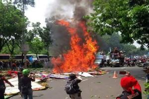 Karangan bunga dibakar, sampah berserakan