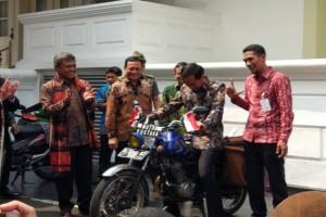 Jokowi naiki motor pustaka Sugeng Hariyono
