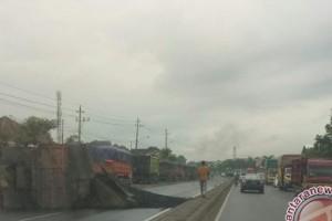 Truk batu bara terguling, arus kendaraan terhambat