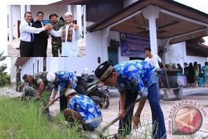 TNI dan masyarakat bersihkan tempat ibadah