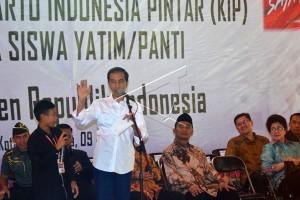 Jokowi Serahkan KIP di SMPN 2 Tasikmalaya