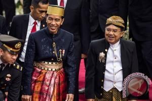 """Ketika Jokowi-JK """"Bertukar Busana"""""""