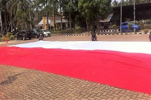 UKM Mapala UBL Kibarkan Merah Putih Raksasa