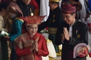 """Pakaian Adat dan Personal """"Branding"""" Jokowi"""