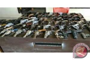 Warga Mesuji Serahkan Puluhan Senjata Api Rakitan