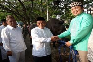 Gubernur Lampung Serahkan 104 Sapi Kurban