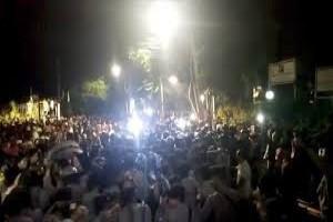 Massa kepung gedung YLBHI