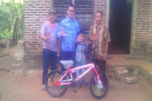 Bupati Chusnunia Hadiahi Sepeda Pegiat Literasi Muda