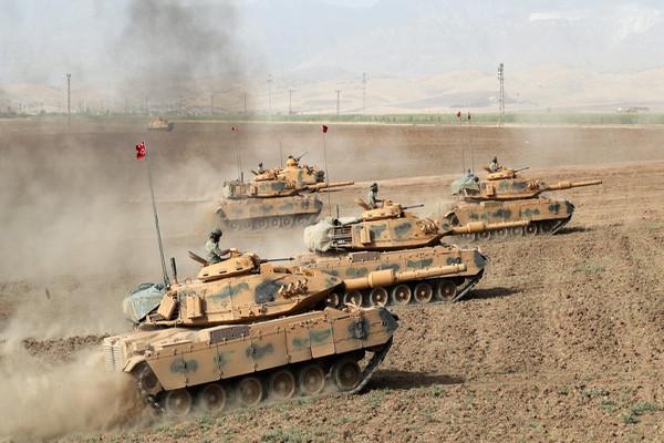 Militer Turki dengan bentrok dengan pegaris keras
