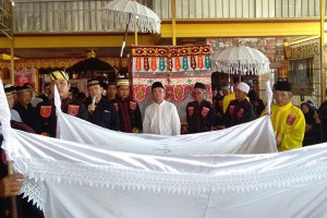 Irjen Pol Ike Edwin Adzankan Ibunda di Pemakaman
