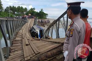 Jembatan Darurat Jalinbar Lampung Ambruk