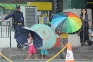 Ojek payung raup untung pelantikan bupati serentak