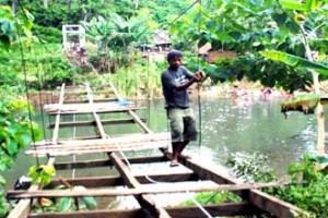 Jembatan diperbatasan Topoyo nyaris ambruk