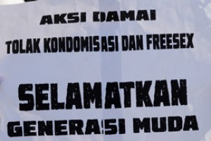 Satpol sosialisasikan larangan penjualan kondom secara bebas