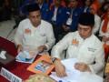 Pasangan Bakal Calon Walikota-Wakil Walikota Makassar Ramadhan Pomanto (kiri)-Syamsu Rizal (kanan), menyerahkan berkas pendaftaran saat mendaftar sebagai calon walikota Makassar di Kantor KPU Makassar, Sulsel, Kamis (30/5). Pasangan Ramadhan Pomanto-Syamsu Rizal diusung oleh koalisi partai Demokrat dan partai Bulan Bintang dengan jumlah kursi 20 persen, dan akan bertarung pada Pimilihan Walikota Makassar pada 18 September 2013.  ANTARA FOTO/Darwin Fatir/13