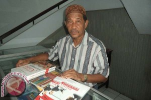 Drs. H.Haya Camadong : Menjual Buku Menolong Mahasiswa PPs UNM