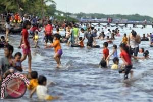Pantai Akkarena kebanjiran pengunjung pada liburan Imlek