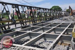 Prajurit Korem Bantu Bangun Jembatan Masyarakat Mamuju