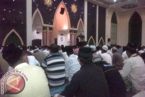 Ummat Muslim di Mamuju Padati Mesjid