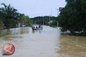 Gubernur Sulbar Tinjau Lokasi Banjir di Mamuju Tengah