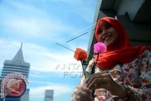 Mahasiswa Sebar Bunga Peringati Hari Kartini