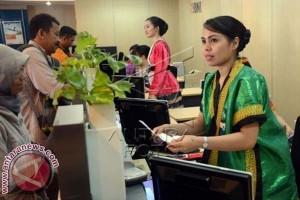 Pegawai Bank Berpakaian Adat Peringati Hari Kartini