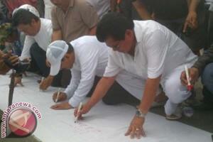 Pemilu - Ketua Golkar Sulbar Bertandatangan Dukung Jokowi-JK