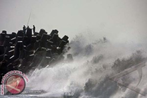 Waspadai gelombang dua meter di perairan NTT