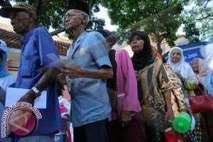 Pemkot Makassar Berikan 410 Kacamata ke Lansia