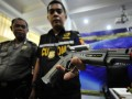 Petugas Bea Cukai Makassar memperlihatkan senjata jenis Air Soft Gun yang disita saat gelar barang bukti di kantor Pengawasan dan Pelayanan Bea dan Cukai Tipe Madya Pebean B Makassar, Sulawesi Selatan, Kamis (8/1). Bea Cukai Makassar menggagalkan ratusan barang ilegal berupa senjata jenis Air Soft Gun, Sex Toys, senjata panah dan busur, serta obat-obatan terlarang selama tahun 2014. ANTARA FOTO/Yusran Uccang/15