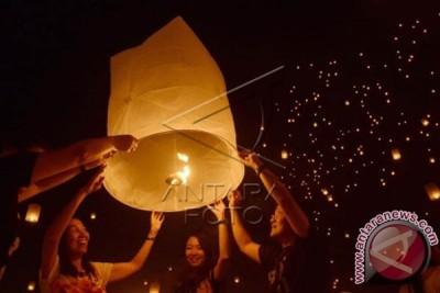 Umat Budha lepas 3.000 lampion simbol perdamaian