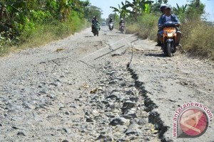 Jalan menuju desa pesisir Mamuju Tengah rusak