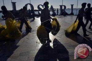 Pramuka cabang Makassar bersihkan sampah Pantai Losari