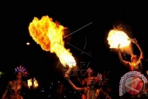 Mendagri dihibur penari bermain api