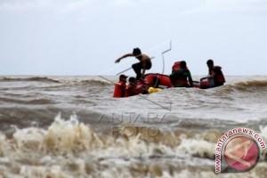 Tim penyelamat cari korban kapal  terbalik