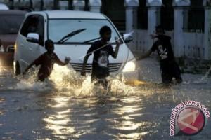 Hujan di Makassar sejumlah titik masih tergenang