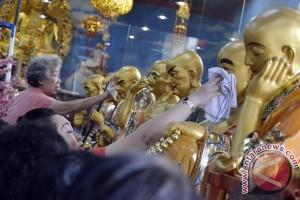 Vihara Xian Ma Makassar `cuci` patung dewa
