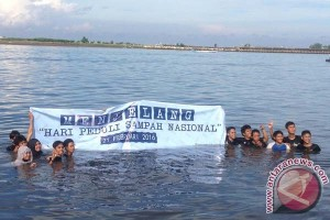 Mahasiswa Kelautan Unhas bersihkan sampah Laut Losari