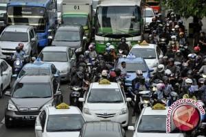 Massa pengantar balon wali kota macetkan jalan