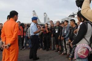 Danlanud Hasanuddin apresisi karya lomba foto alutsista