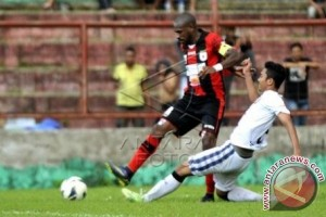 Boaz Salossa Pimpin Persipura Hadapi PSM Makassar