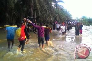 Ratusan motor dipikul akibat banjir di Lariang