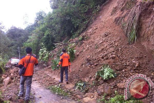 Akses jalan terputus akibat longsor di Enrekang