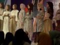 Sejumlah model memperagakan busana muslim pada Phinisi Hospitality Fair di Makassar, Sulawesi Selatan, Senin (20/6). Phinisi Hospitality Fair menghadirkan tiga item sekaligus yakni Travel, Wedding expo dan Hijab Fashion Expo berlangsung20-26 Juni 2016 di Sandeq Ballroom Grand Clarion Hotel dengan target 10 ribu pengunjung. ANTARA FOTO/Sahrul Manda Tikupadang/pd/16