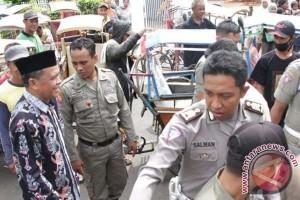 Nurdin serahkan santunan kepada ratusan pengayuh becak Bantaeng