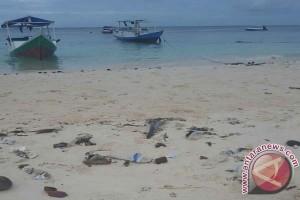 Wisatawan keluhkan sampah di Pantai Bira