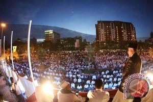 Seribuan warga shalat subuh berjamaah di Losari