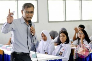 Dirut LKBN Antara Beri motivasi siswa Mamuju
