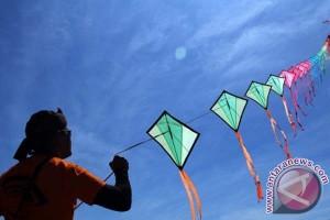 Ratusan layang-layang unik hiasi langit Makassar